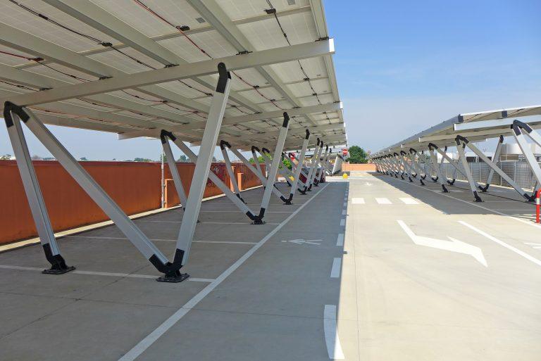 La tettoia diventa smart: tutte le potenzialità delle pensiline fotovoltaiche